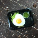 Полента с тунцом, яйцом кокот и соусом песто