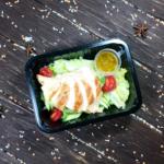 Салат с индейкой-гриль и кисло-сладким соусом