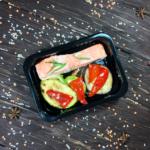 Семга, запеченная в йогурте с листиочками эстрагона и овощами-гриль