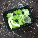 Зеленый салат с маслинами и авокадо