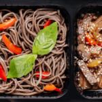Вок с говядиной, овощами и гречневой лапшой